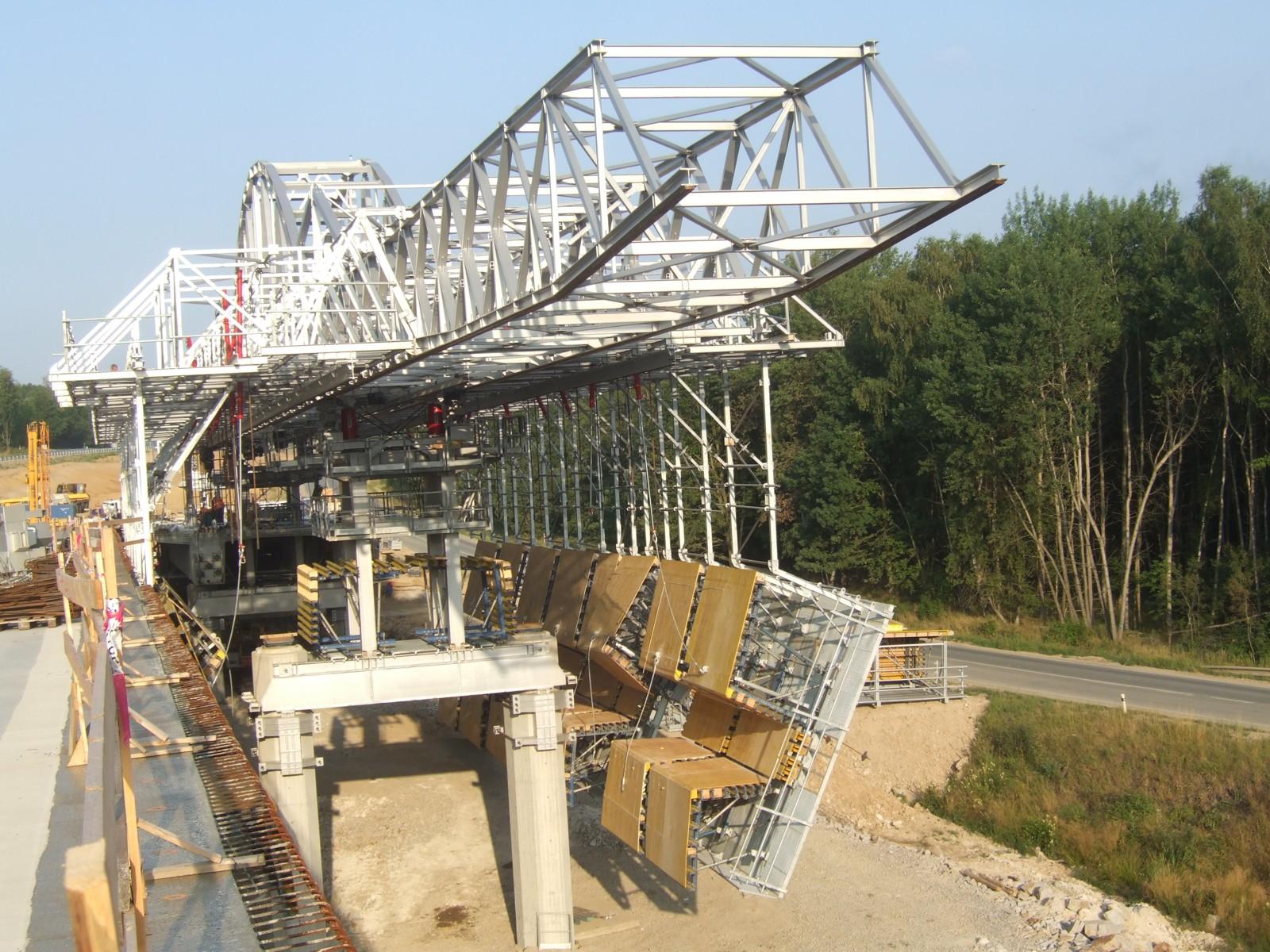 mostu přes doprovodnou komunikaci v km 1,737 na stavbě R6 Sokolov - Tisová 16-07-2010